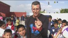 Blas Pérez paga apuesta a Félix Fernández y regalan balones a niños
