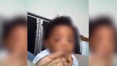 Arrestan a la madre del niño que en un video aparentemente fuma marihuana