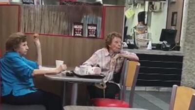 Momento Insólito: dos ancianas agreden a un gerente de restaurante por hablar en español