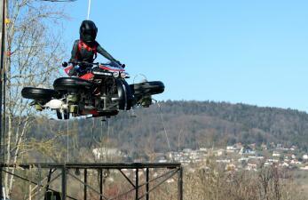 ¿La primera moto voladora? Esta compañía presentó una que permite ir por tierra y aire
