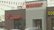 Acusan a una mujer de golpear a un trabajador de Dunkin' Donuts que le pidió usar una máscara en La Villita