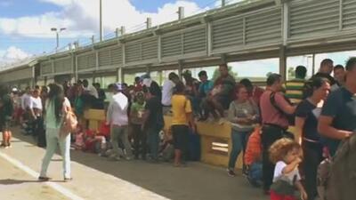 Decenas de migrantes bloquean puente que conecta a Tamaulipas con Texas