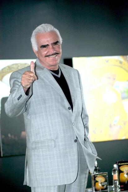 """Pese a haber dicho adiós a los escenarios,  <b>Vicente Fernández</b>, el 'Charro de Huentitán', se encuentra apoyando la carrera de  <b>su nieto Alex Fernández</b>. Y, este fin de semana contó al  <b><a href=""""https://www.imagentv.com/entretenimiento/de-primera-mano"""" target=""""_blank"""">programa De primera mano</a></b> que quiere unir al primogénito de 'El Potrillo' en un dúo con  <b><a href=""""https://www.univision.com/shows/la-reina-de-la-cancion/te-presentamos-a-los-talentosos-hijos-de-pepe-aguilar-fotos"""">Ángela Aguilar, la menor</a> de los hijos de Pepe Aguilar</b>."""