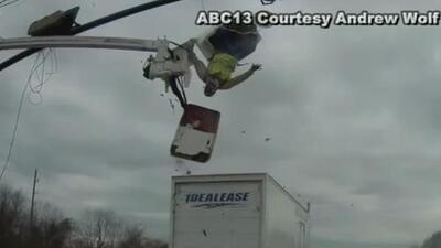 En video: Obrero sale volando cuando un camión lo embistió mientras reparaba un semáforo en Texas