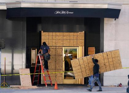 Sin embargo, a raíz de las protestas en contra la brutalidad policial y el racismo, grupos violentos desataron el caos robando mercancía y destruyendo locales comerciales en varias ciudades del sur de California.
