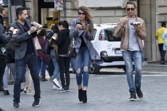 Sofía Vergara le enseña a sus amigos de Roma a comer postre y caminar a la vez sin verse mal