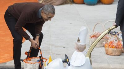 Un pequeño Papa sorprende a Obama en Halloween