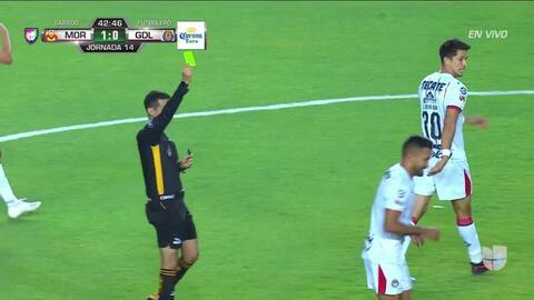 Tarjeta amarilla. El árbitro amonesta a Hedgardo Marín de Guadalajara