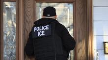 ¿Tienen los inmigrantes el derecho de pedirle una orden a los agentes de ICE si tocan sus puertas?