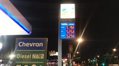 El precio de la gasolina en California sigue subiendo y no es por los incendios, aunque muchos crean que sí