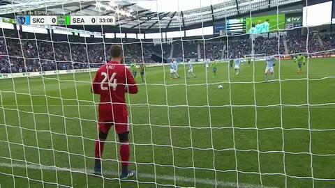 Español Ilie Sánchez convierte el tiro desde el punto penal y le da ventaja a Sporting KC