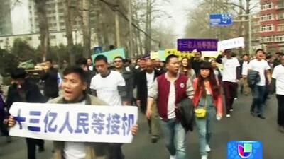 Familiares de las víctimas del vuelo MH370 protestan en Pekín