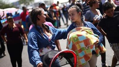 Esta madre de 18 años viaja en la caravana de migrantes con su recién nacido en brazos