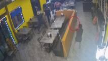 En video: Oficial abre fuego contra sospechoso armado en un restaurante