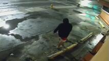 Buscan a dos sospechosos de robar un restaurante en el noroeste de Miami