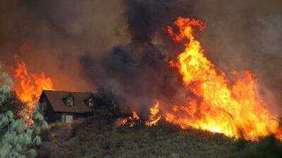 Llena la tina de agua, sella las puertas con paños húmedos: lo que debes hacer si quedas atrapado en casa durante un incendio
