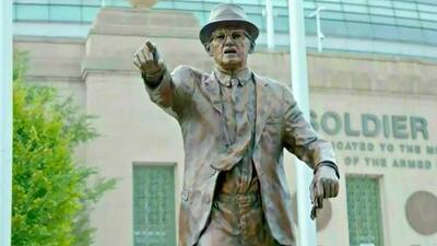 Se develan dos estatuas de íconos históricos de Chicago Bears