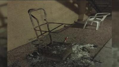 Un vendedor de escobas y trapeadores denuncia que le quemaron su carrito de trabajo con todo y mercancía