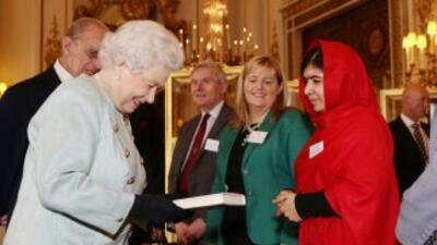 La reina de Inglaterra recibe a la joven activista paquistaní Malala