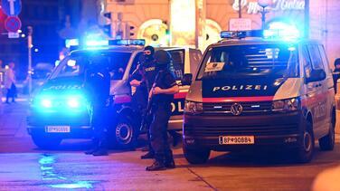 """Tiroteo cerca de una sinagoga en Viena deja al menos 5 muertos; las autoridades lo califican de """"terrorismo islámico"""""""
