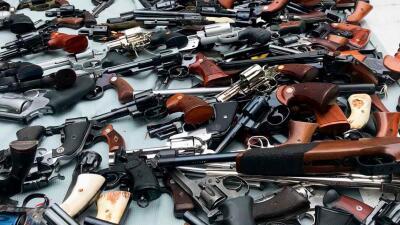 Encuentran un arsenal con más de mil armas en una casa de Los Ángeles