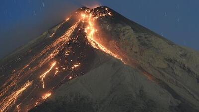 Guatemaltecos en el sur de California, preocupados por erupción del Volcán de Fuego en su país