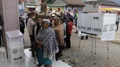 Los mexicanos votan en masa y en calma, después de una violenta campaña