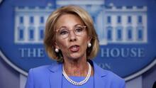 """Betsy Devos dice que las pautas de los CDC para reabrir las escuelas deben ser """"flexibles"""""""