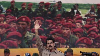 Cortan de forma abrupta la transmisión de un acto de Maduro mientras la multitud le lanza objetos