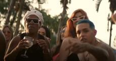 Ronaldinho sale de la cárcel y brilla en video entre bailarinas en bikini