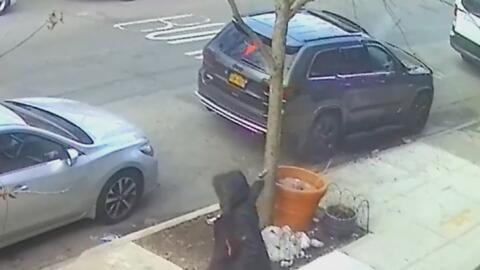 En video: Sospechoso dispara varias veces contra un conductor a plena luz del día