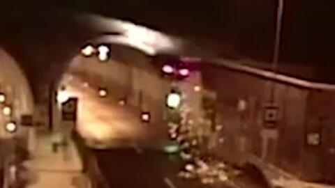 El espectacular vuelo de un auto que acabó chocando contra el techo de un túnel en Eslovaquia