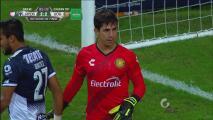 Paradón de Felipe López que evita el tercer gol de Monterrey