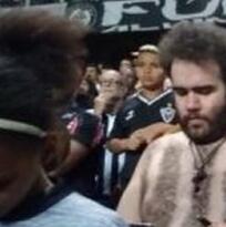 El dinero no es problema: fanático hizo su playera con pelo corporal
