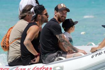Clavados, bikinis y familia: las vacaciones de Messi y Antonella Roccuzzo por Ibiza en fotos
