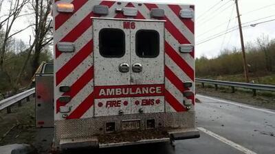 """""""Fue increíble"""", paramédicos se ven sorprendidos por un fuerte tornado en medio de la autopista"""