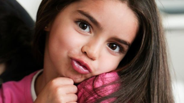 Aitana Derbez desborda ternura al cantar los éxitos de Alessandra Rosaldo