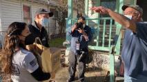 """""""La gente necesita una mano amiga"""": Eva Longoria reparte alimentos a afectados por la tormenta invernal en Texas"""