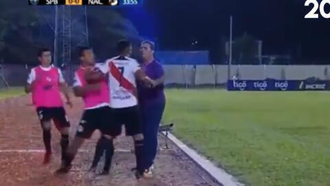 Insólito: un jugador es cambiado y al salir golpea a su entrenador