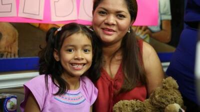 """""""Tengan paciencia, van a volver con sus padres"""", dice ya junto a su madre la niña que lloraba en el audio grabado en un centro de detención"""