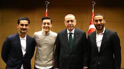 El padre de Mesut Özil le pide renunciar a la selección de Alemania