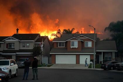 Alrededor de 100,000 residentes fueron evacuados y aun cuando algunos residentes ha podido regresar a sus propiedades, las autoridades informaron que siguen vigentes las órdenes de evacuación para partes de Chino Hills, Yorba Linda y Brea.