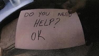 Con un mensaje en un papel, una mesera salva a un niño de sus padres abusadores en Florida