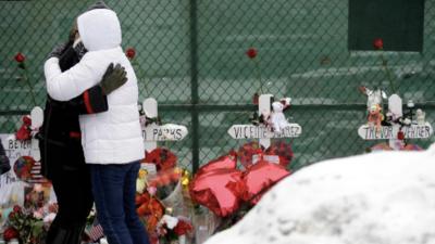 Revelan fallas en como las autoridades respondieron al tiroteo en una fábrica en Aurora