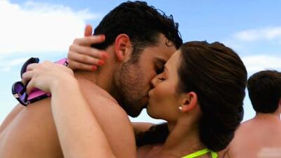 Daniela besó apasionadamente a David