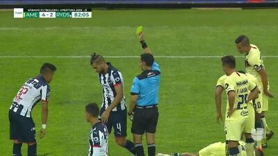 Tarjeta amarilla. El árbitro amonesta a Nicolás Sánchez de Monterrey