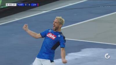 ¡Con polémico penalti! Mertens adelanta al Napoli sobre el monarca de la Champions
