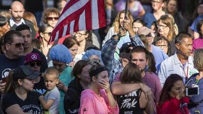 Entre la tristeza y la frustración, residentes de Thousand Oaks piden más control de armas