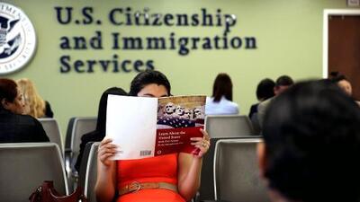 La USCIS exigirá reembolsos totales a los patrocinadores si los inmigrantes reciben beneficios públicos