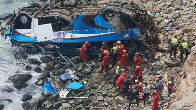 """Al menos 48 personas murieron al caer un autobús en la """"curva del diablo"""" en Perú"""